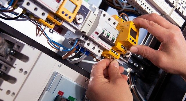 4 Signs That You Need to Seek Help from an Electrician
